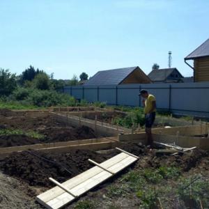 Заливка фундаментов и поясов под дом и дачу. Каменщики. Бетонщики