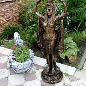 Статуи,  цветочницы,  фонтаны